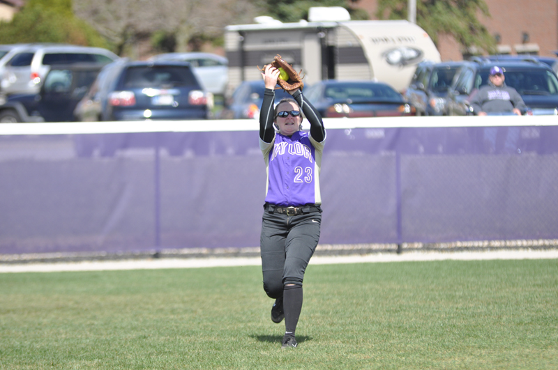 1st Softball Earns Fifth-Straight Sweep Photo